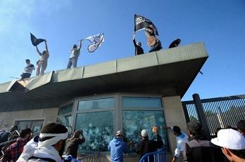 Le drapeau américain remplacé par un drapeau salafiste à l'ambassade US à Tunis, 14 septembre 2012 - Photo (Fethi Belaïd - AFP)