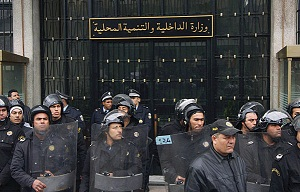 ministere-de-l-interieur-Tunisie (http://www.google.tn/imgres?hl=fr&sa=X&biw=1241&bih=584&tbm=isch&prmd=imvnsu&tbnid=k2sXtfbp_ZSOoM:&imgrefurl=http://www.tixup.com/societe/6213-affrontements-entre-les-agents-de-la-police-a-gabes.html&docid=7pTESm8kN6FzWM&imgurl=http://www.tixup.com/wp-content/uploads/2011/05/ministere-de-l-interieur-Tunisie.jpg&w=599&h=384&ei=p6JRUK3VIIvS4QTgtIC4Dg&zoom=1&iact=hc&vpx=547&vpy=247&dur=780&hovh=180&hovw=280&tx=168&ty=73&sig=114818789871587047300&page=1&tbnh=160&tbnw=213&start=0&ndsp=10&ved=1t:429,r:2,s:0,i:116)