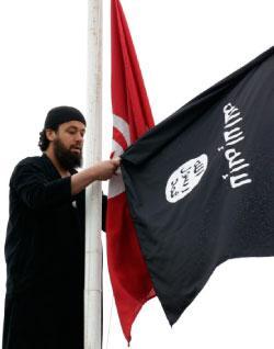 Salafiste échangeant drapeau tunisien contre létendard salafiste (photo - nawaat)