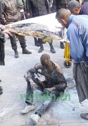 Devant des passants sous le choc, les agents de la Protection civile sont arrivés pour secourir le jeune homme qui s'est immolé par le feu, 12 mars 2013 - Photo (webdo.tn-Abdelmalek Batti)