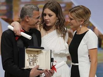 Abdellatif Kechiche avec ses actrices Léa Seydoux (à gauche) et Adèle Exarchopoulos lors de la remise de la Palme d'or 2013 au Festival de Cannes.
