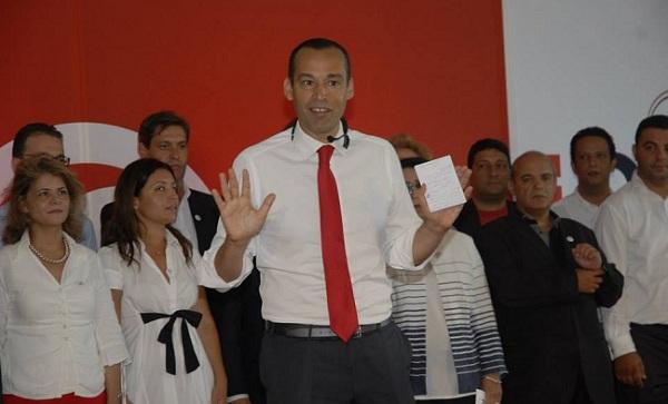 Yassine Brahim debout sur une estrade, dans une mise en scène qui rappelait les célèbres présentations de Steve Jobs