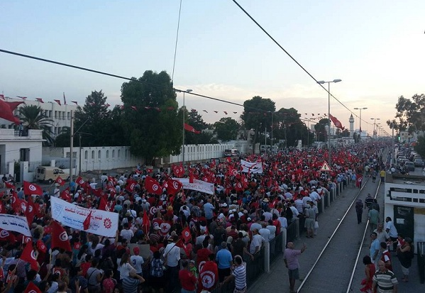 Des milliers en direction du Bardo, 13-08-13 (photo Nawaat)