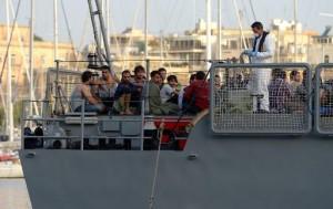 Des migrants rescapés du naufrage de leur bateau au large de Malte, à leur arrivée le 12 octobre 2013 à La Valette (AFP, Matthew Mirabelli)