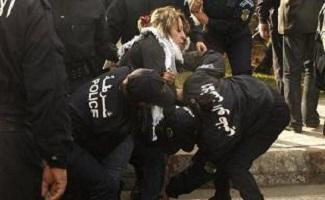Sana Farhat entourée par des policiers ce matin alors qu'elle effectuait son travail – photo (@iJWDT)
