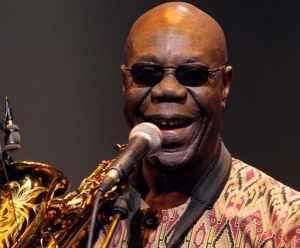 Le saxophoniste et chanteur camerounais Manu Dibango fête aujourd'hui son 80e anniversaire. Ce symbole de la musique africaine devrait revenir cet été 2014 ... - Manu-Dibango