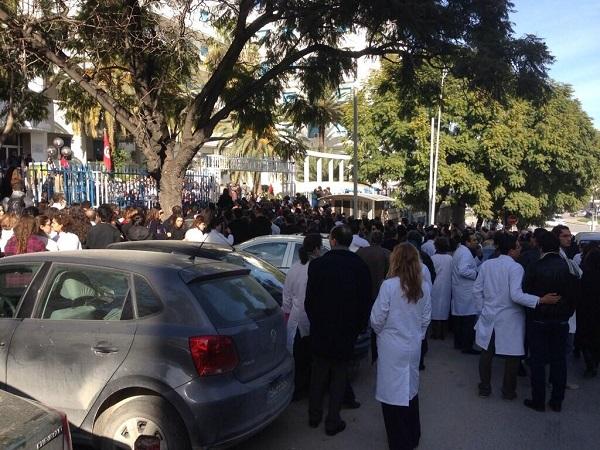 Médecins grévistes devant le minitere (credit photo Boukornine)
