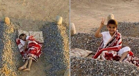 Photo enfant entre les tombes de ses parents fake