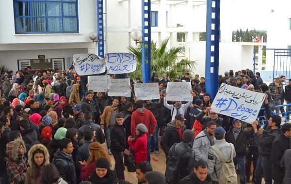 Des étudiants de l'ENSI manifestant devant le rectorat à la Manouba, 11 mars 2014 (Crédit photo : Etudiants de l'ENSI)