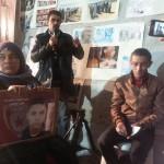 La mère de Hassen Arfaoui,  tué le 12 janvier 2011. A droite, Charfeddine Kellil, avocat.  Photo : Lilia Weslaty. 13 Janvier 2014