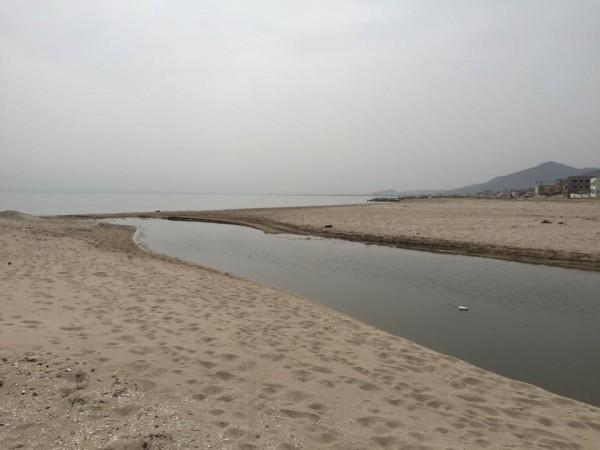 Pollution à la plage d'Ezzahra   Photo : Mohamed Ali Sghaier