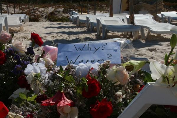 Bouquet de fleurs déposé sur le lieu de l'attaque terroriste de Sousse