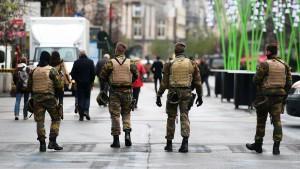 des-soldats-belges-patrouillent-dans-les-rues-de-bruxelles-en-etat-d-alerte-terroriste-le-24-novembre-2015_5469662
