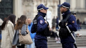 Local policemen patrol in front of Milan's cathedral, northern Italy, November 20, 2015. Police in Italy and Sweden hunted suspected militants and increased security around public buildings on Thursday after receiving reports that attacks might be planned on their soil following last week's mass killings in Paris. REUTERS/Alessandro Garofalo - RTS83N2