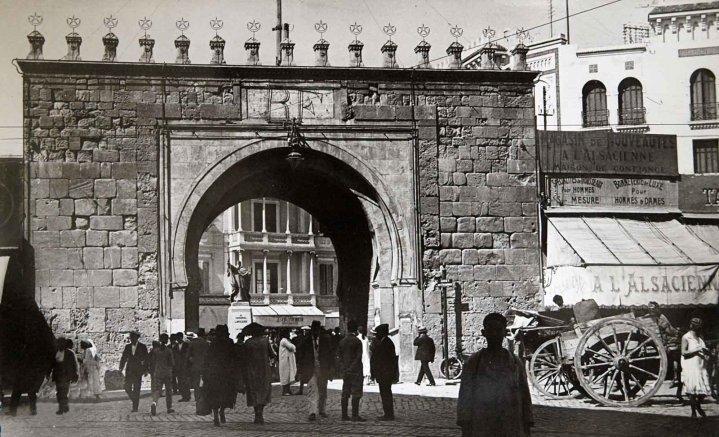 A tunis la porte aux deux noms pr f rez vous bab bhar for Porte de salon tunisie
