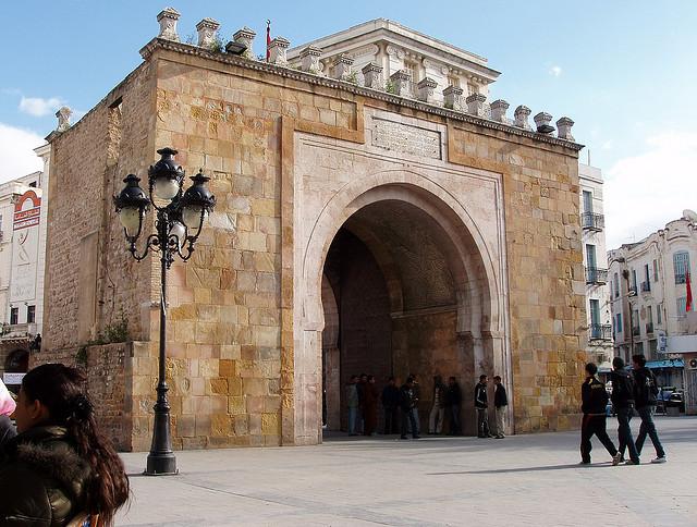 A tunis la porte aux deux noms pr f rez vous bab bhar for Porte de garage tunisie