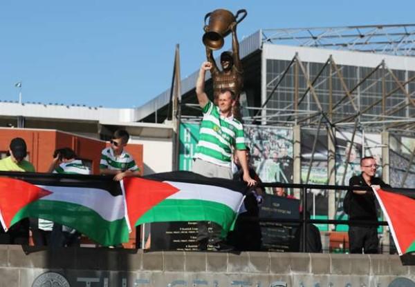 Drapeaux palestiniens affichés devant le Celtic Park