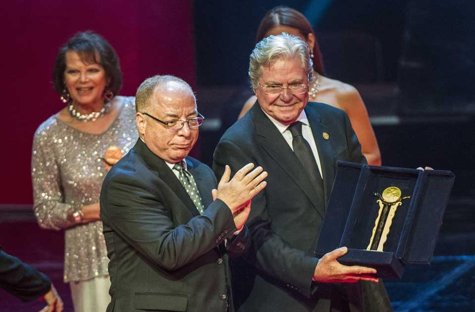 Le Ministre de la Culture Égyptien remet un Prix d'Honneur à Hussein Fahmy en hommage à toute sa carrière, lors de la 37ème édition du Festival International du Film du Caire en Novembre 2015.