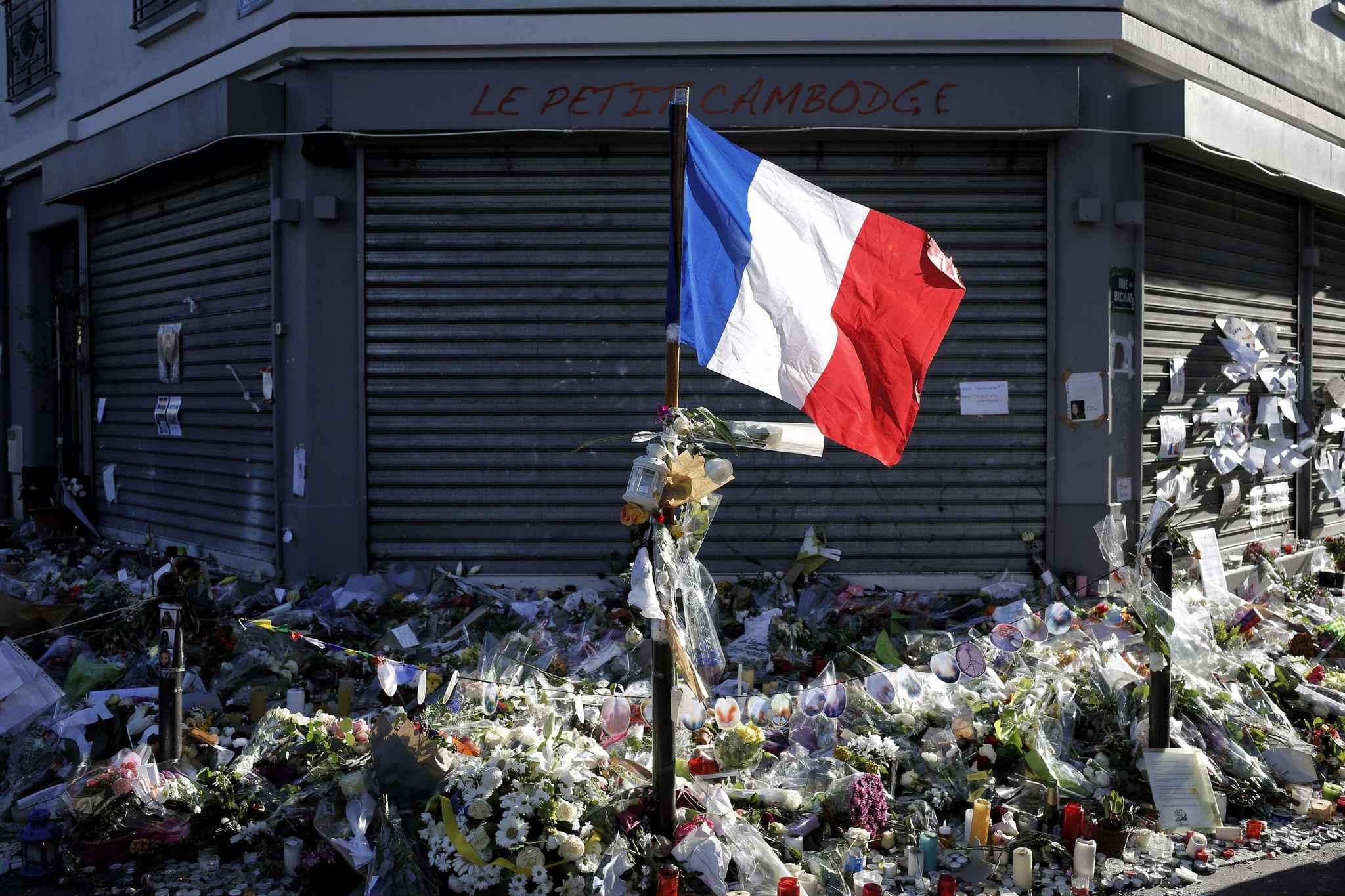 un an apr s les attentats du 13 novembre la france rend hommage ses victimes. Black Bedroom Furniture Sets. Home Design Ideas