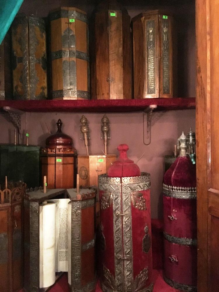 Torahs - Synagogue Cha'ar HaChamaïm au Caire.