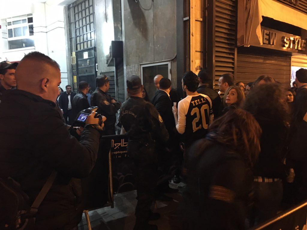 La police fait entrer les spectateurs qui veulent voir le film L'Insulte