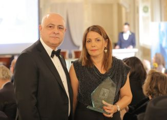 Lamia Guiga recoit un trophée d'hommage au nom de Nejib Ayed lors de la cérémonie d'ouvert